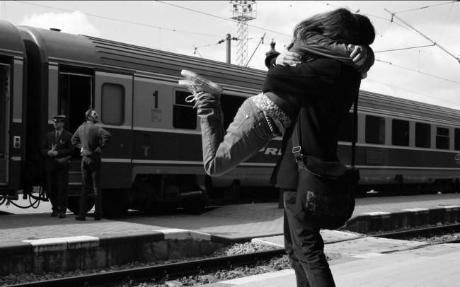 Девушка обнимает парня на перроне