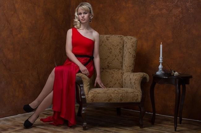 Красивая женщина в красном