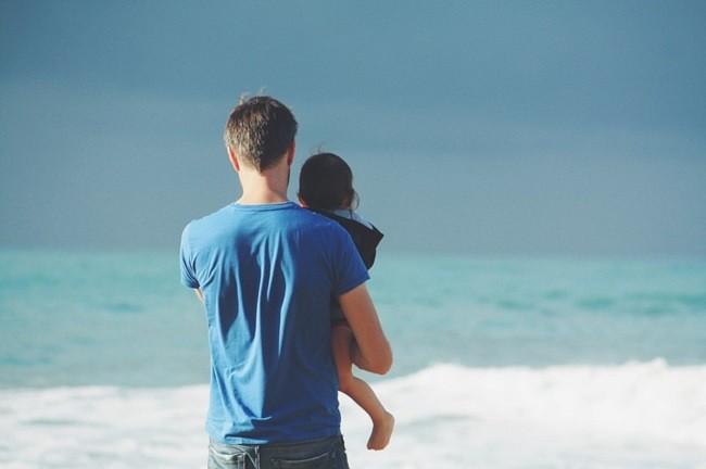 Мужчина с ребёнком на фоне моря
