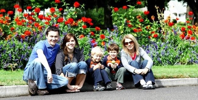 Семья с детьми на фоне цветов
