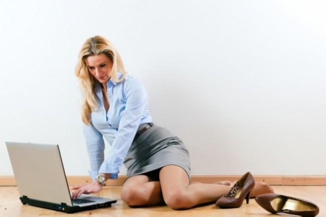 Женщина на полу перед компьютером