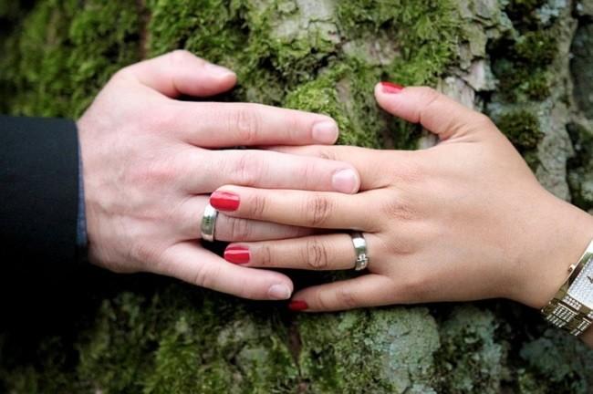 Женская и мужская рука надереве