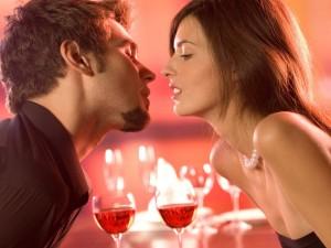 Мужчина тянется за поцелуем