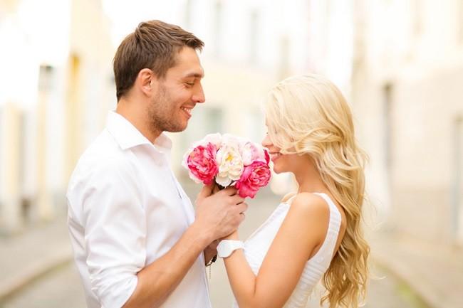 Мужчина дарит женщине цветы