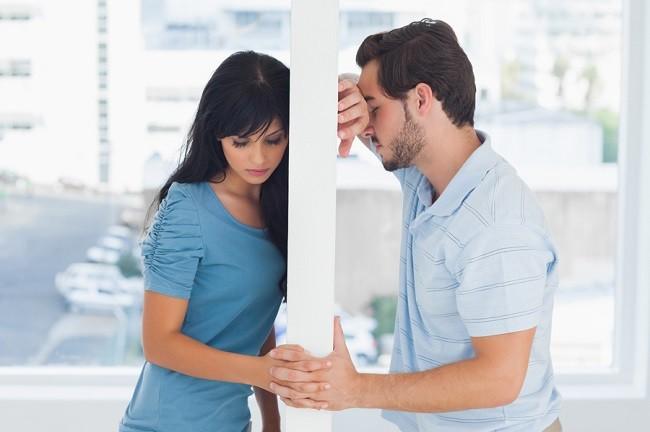 Мужчину и женщину разделяет стена