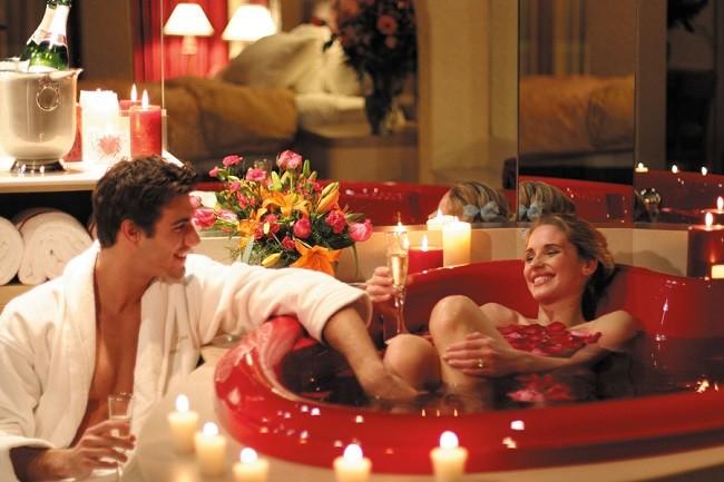 Женщина и мужчина в романтической обстановке