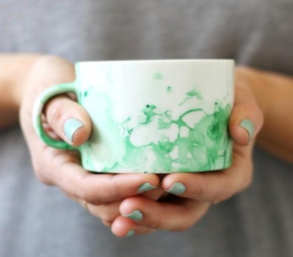 Чашка с абстрактным узором, сделанным вручную