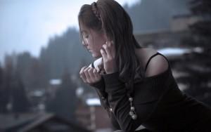 Красивая одинокая девушка