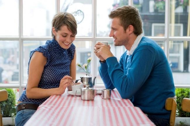 Мужчина и женщина с чашками за столиком
