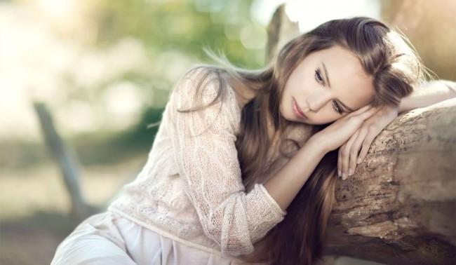Романтичная девушка мечтает