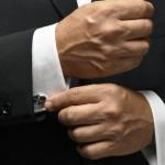Руки мужчины в строгом пиджаке