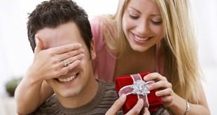 женщина дарит подарок мужчине на новый год