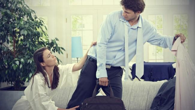 Женщина не отпускает уходящего мужчину