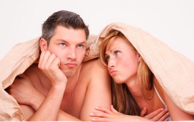 Грустная пара, накрывшаяся одеялом
