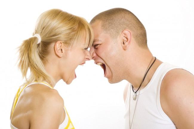 Молодая пара в ссоре
