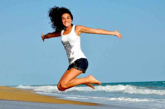 Счастливая девушка на морском берегу