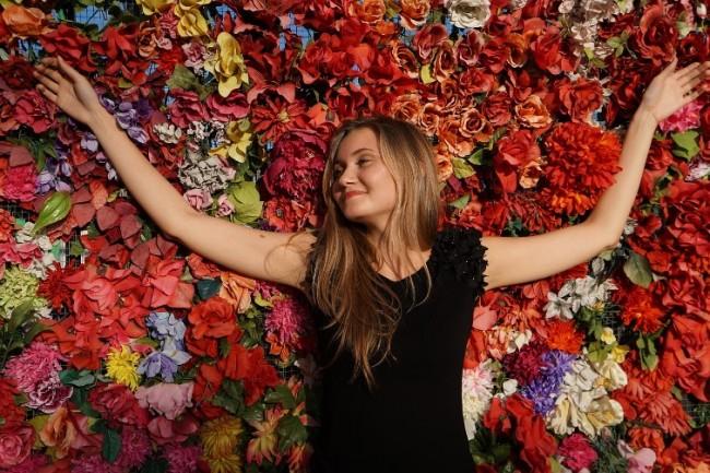 Женщина лежит на охапке цветов