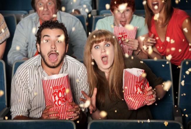 Парень и девушка эмоционально смотрят кино