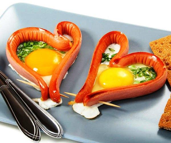 Яичница в сосиске в виде сердца