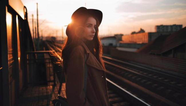 Девушка ожидает поезд