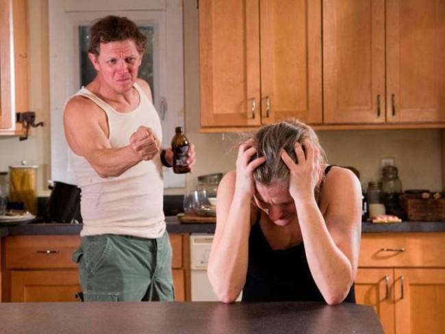 Мужчина упрекает плачущую женщину